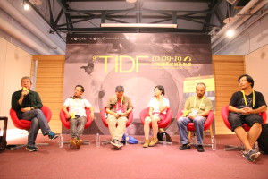 Moderator Kuo Li-hsin (far left) lead a discussion with (left to right) Wang Hongwei (BIFF), Zhang Xianming (CIFF), Chen Dongmei (CIFVF), along with two of the mainland's most challenging directors, Hu Jie and Ying Lian.